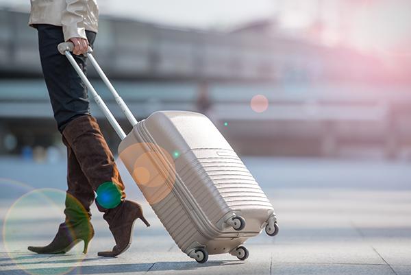 アルミスーツケースのキャリーバーは無段階調節できるものが便利