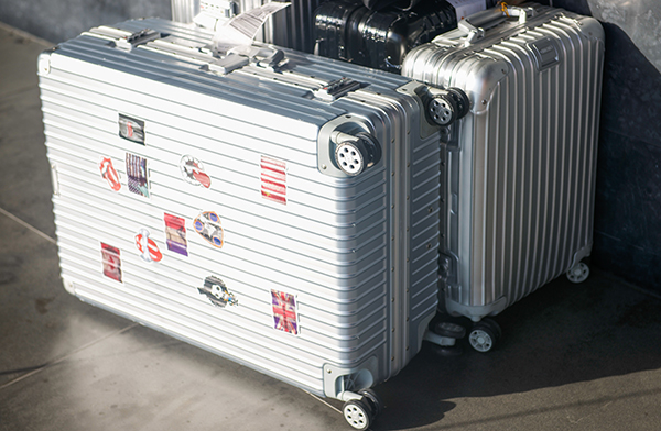 高い堅牢性に重厚な高級感が魅力のアルミ製のスーツケース