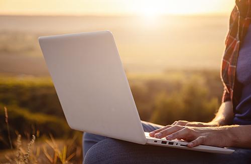 旅行にパソコンを持っていくときにはパソコンケースに入れて持ち運ぶ