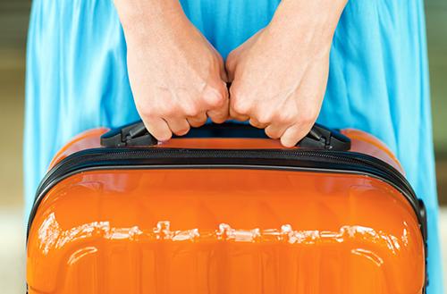 スーツケースはキャリーバーでなくハンドルで持ち上げる