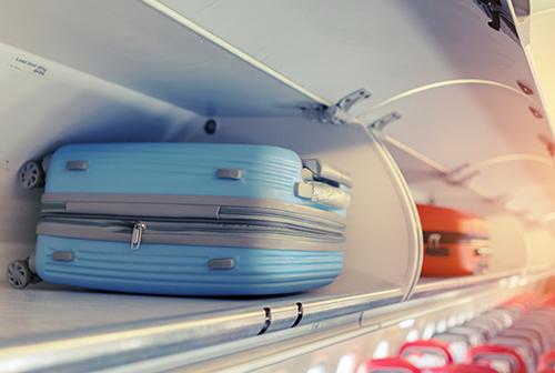 機内持ち込みか受託手荷物でキャリーケースを選ぶ